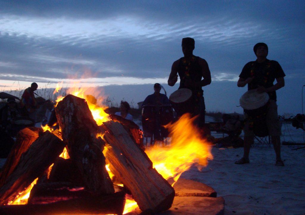 Una festa in spiaggia con tamburi
